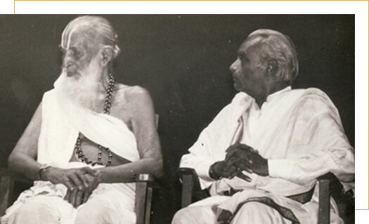 Shri BKS Iyengar of Iyengar Yoga School Late Shri T. Krishnamacharya - with his student Shri BKS Iyengar